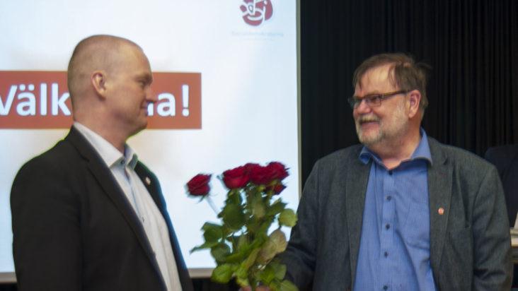 Kurt gratulerar Per till uppdraget.