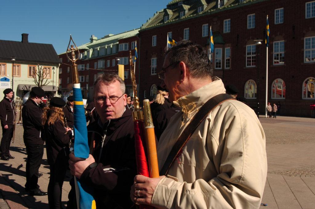 Lars-Göran och Ibrahim med fanorna